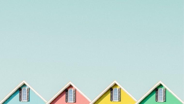 カラフルな家の屋根と青空