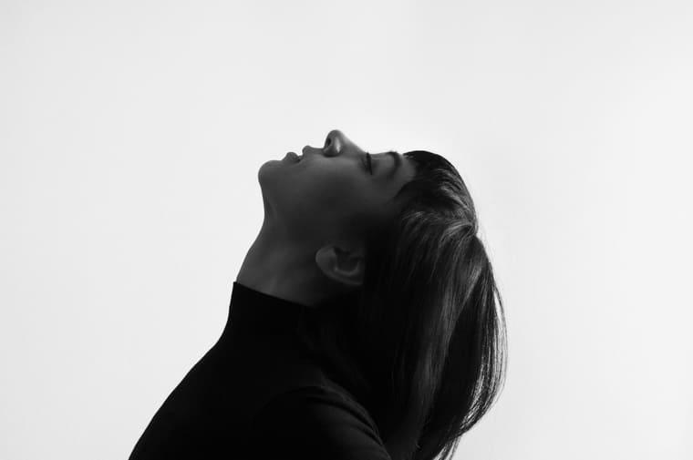 空を見上げる女性