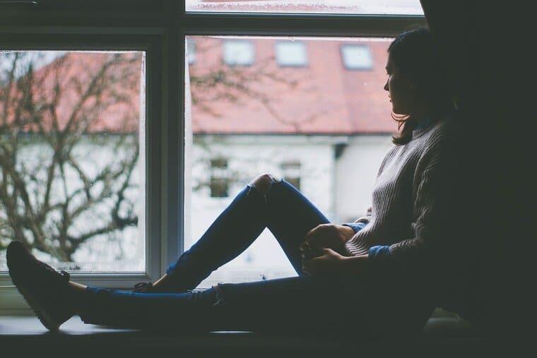 窓際に座っている女性