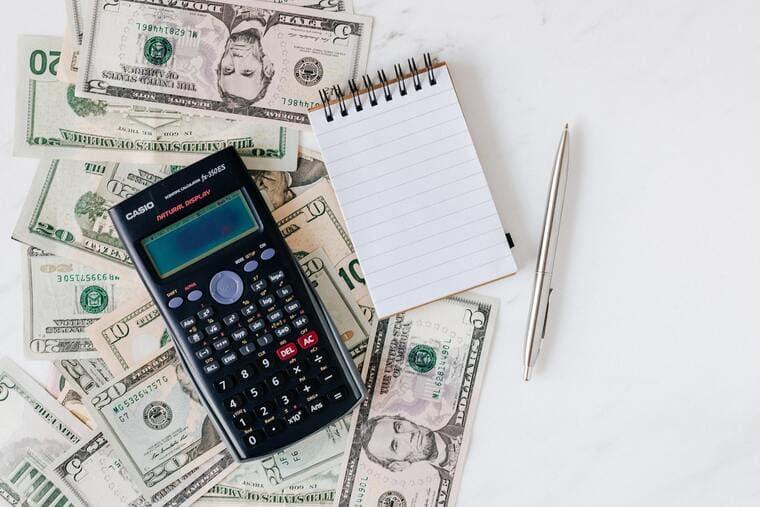 電卓とメモ帳と紙幣