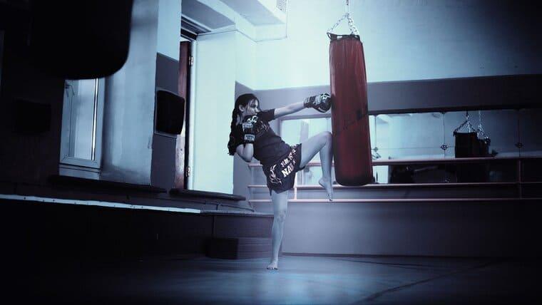 キックボクシングをやっている女性