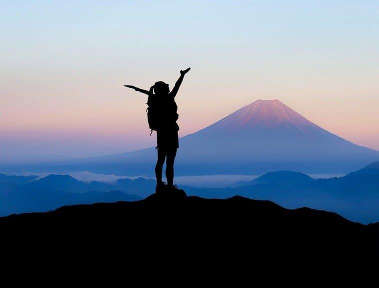 富士山を眺めている女性
