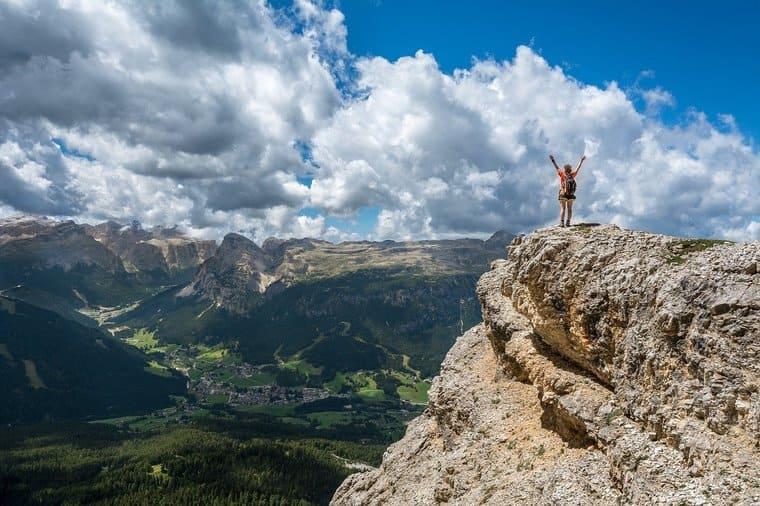 青い空と絶壁の上に立つ女性