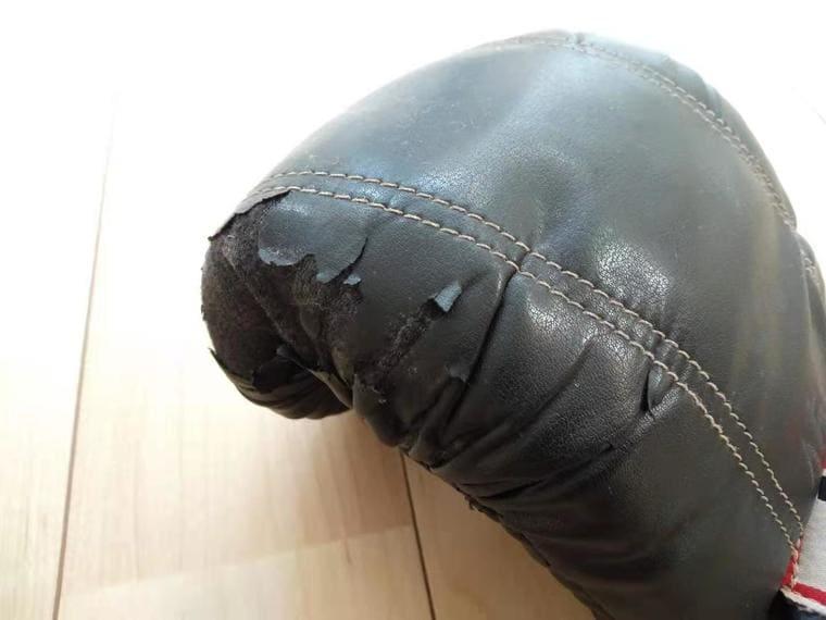 剥離した合成皮革のグローブ