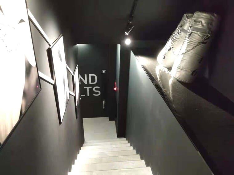 バーネススタイル銀座の階段