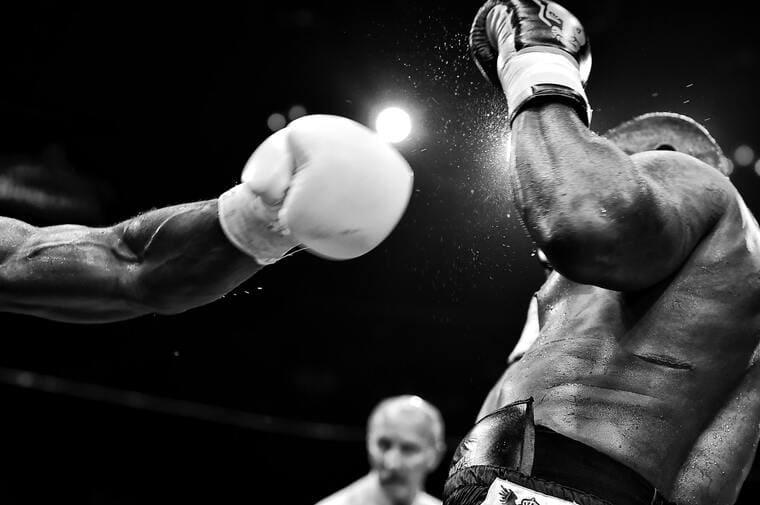 男性がボクシングの試合をしている