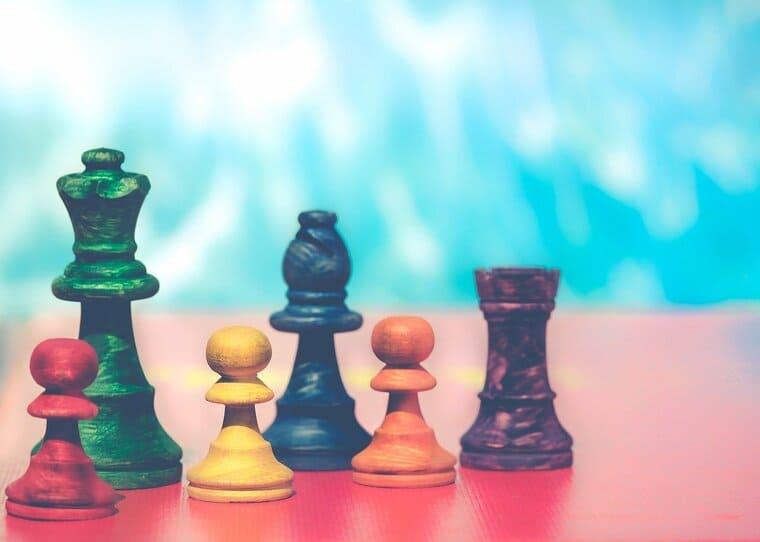 カラフルなチェスの駒