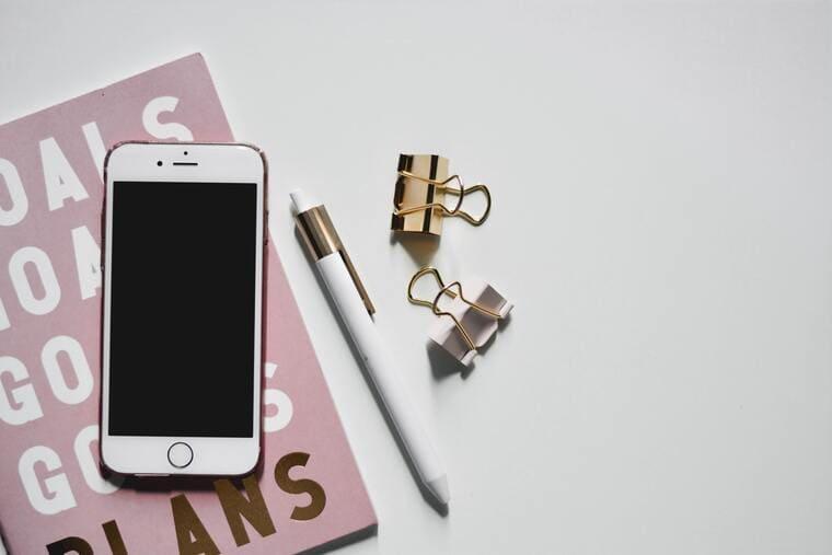 スマートフォンとクリップとペン