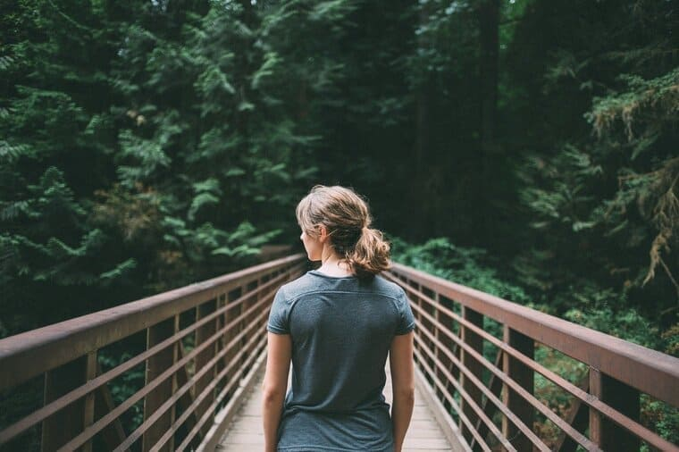 橋の上に立っている女性